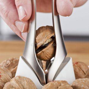 מפצח אגוזים עם צלחת דקורטיבית